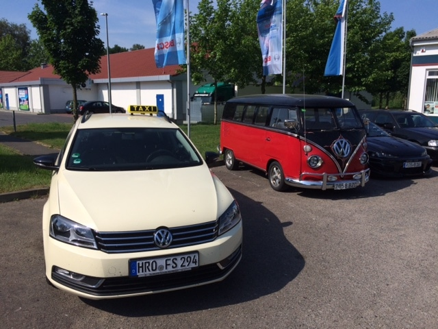 Taxi Rostock und ein Bulli auch bekannt als T2