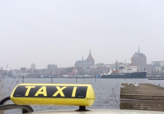 Taxi Rostock mit Blick auf Rostock von Gehlsdorf